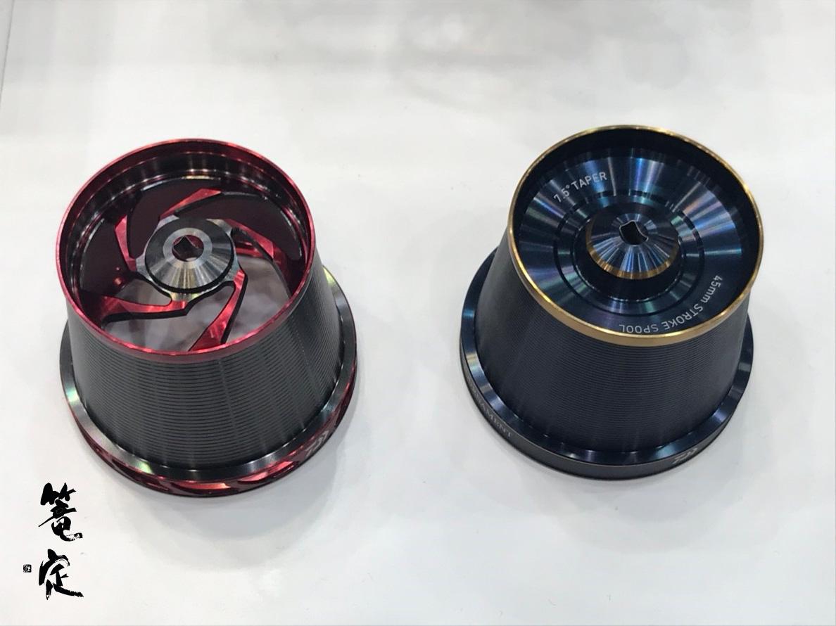 2016年赤スプール(左側)より大幅に軽量化。2019年青スプールは、なんと自重40g!!