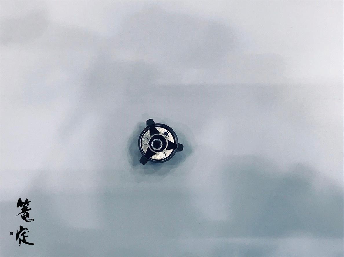 スプールノブは底面がフラットになりました。