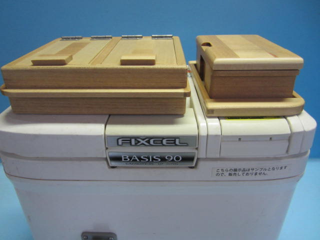 セット品外観。保存エサ箱はエサ箱に内枠をはめ込んだ内枠一体型。