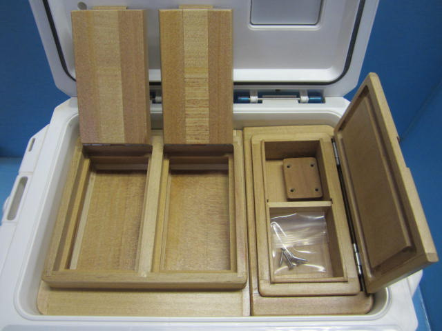 保存エサ箱は2室のセパレートタイプ。小出しエサ箱も従来品より25mm長くなってます。
