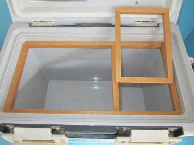 エサ箱を外した状態。右側の投入口部分にはビニール押え枠をはめて使う仕様にしてあります。