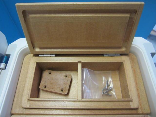 小出しエサ箱の外寸法79mm×157mm×47mmと従来品より25mm長い作り。室内寸は55mm×64mm×27mm×2室と横に広くなり使い易さUP。