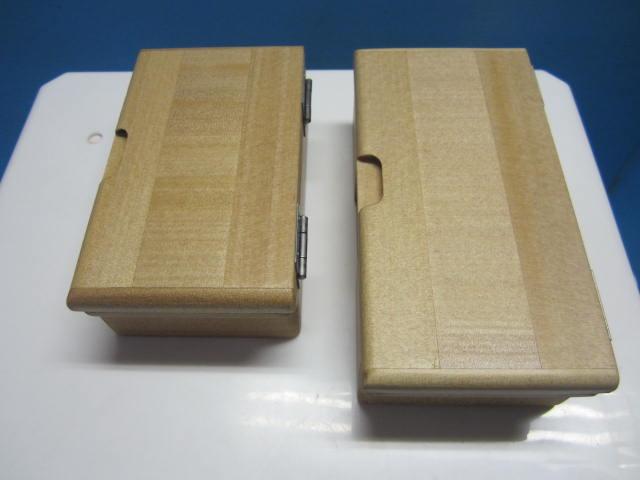 左がフィクセル9L用などの従来品、右が25mm長くなった10L用の小出しエサ箱です。
