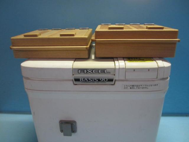 左が厚み45mmの従来の保存エサ箱。右側が1センチ深くした55S。