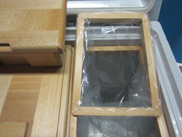小出しエサ箱の下にはビニール押え枠がセットされてます。小出しエサ箱のサイズは外寸法142mm×86mm×47mm。室内寸は57mm×63mm×32mm×2室。