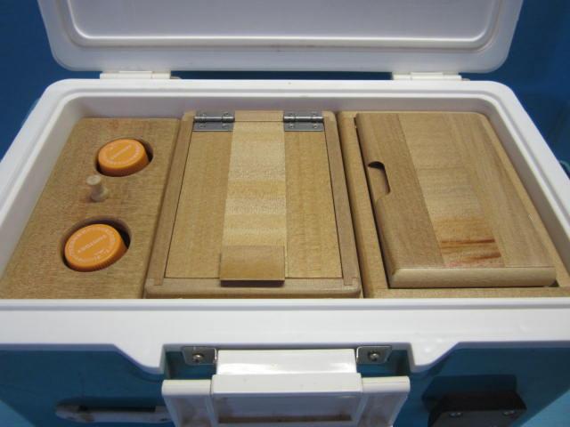 ダイワ8Lクーラー待望のペットボトルを2本立てて入れられるエサ箱セットの登場です。