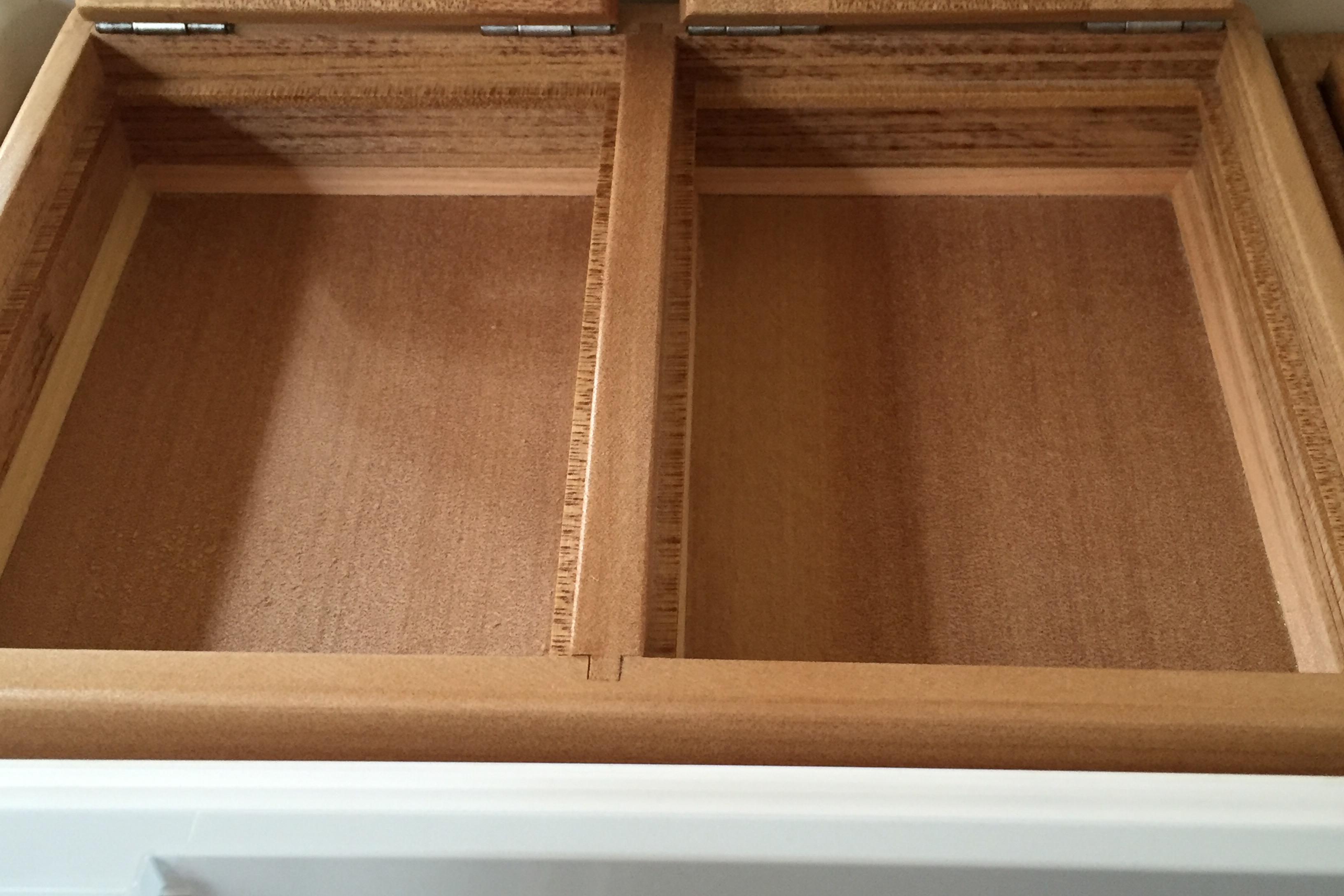 2室保存エサ箱の外寸法は、240mm×170mm×45mm。内寸法107mm×150mm×23mm×2室。