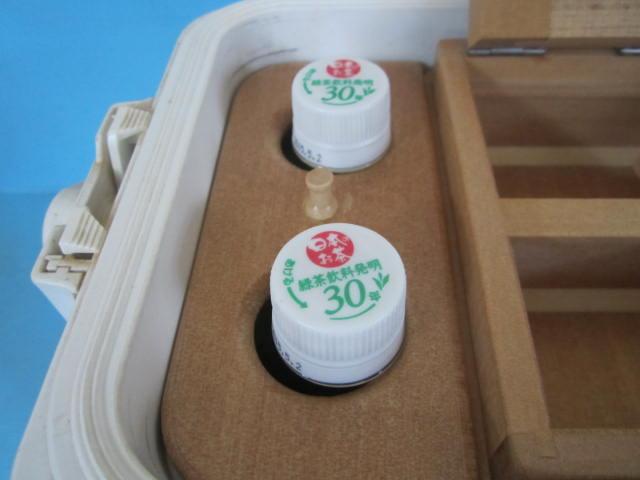 500mlペットボトル2本を立てて収納。凍らせたボトルを入れれば保冷材代わりにもなります。そして何よりも清潔です。
