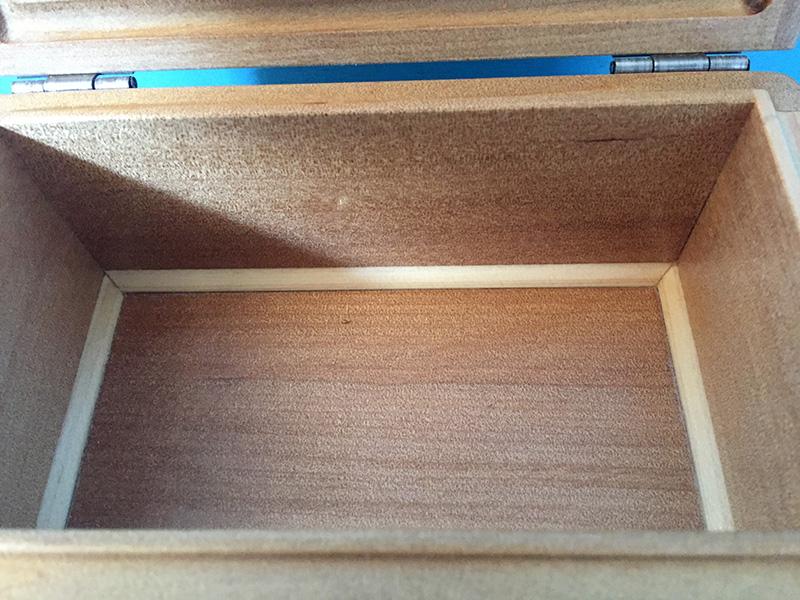 エサ箱の室内寸は146mm×76mm。深さも57mm。青蛇虫5,000円以上は楽に入ります。