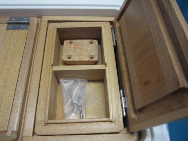 小出しエサ箱はフィクセル9L用と同じ外寸法133mm×79mm×48mm。室内寸法は52mm×54mm×27mm×2室。クーラー取付用のオリジナル木製ステー1個・ビス4本付きです。