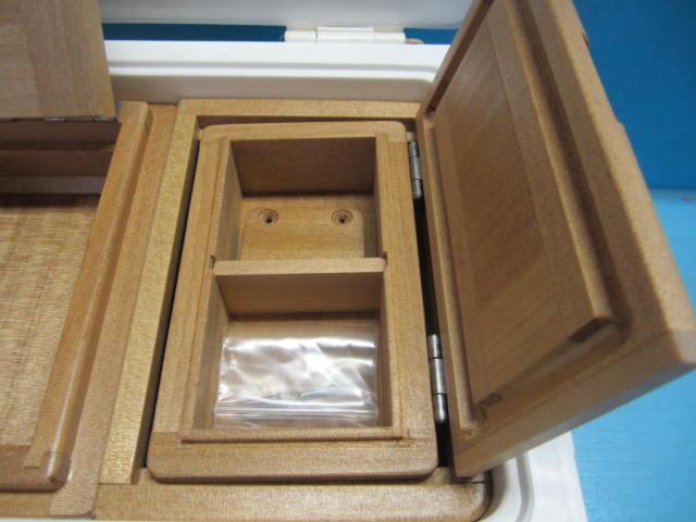 小出しエサ箱は雨水の侵入を防ぐ印籠合わせ仕様でクーラーに取り受ける為のオリジナル木製ステーとビス4本付です。室内寸法は51mm×55mm×27mm×2室。