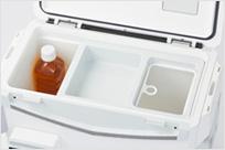 エサパックや小物の収納に便利なトレー、クリーンパック枠付き(ビニール袋はお手持ちのものをご使用ください)。500mlペットボトル縦置き可能。