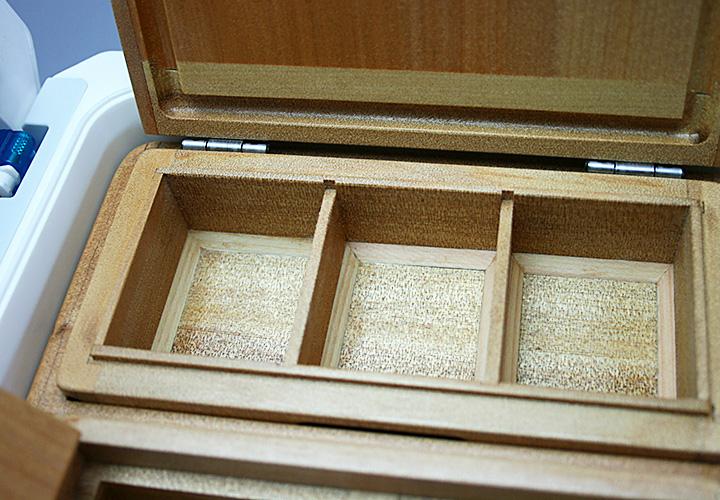 「石ゴカイ」、「チロリ虫」、「青イソメ」の3種類を想定した、「3室の小出しエサ箱」です。