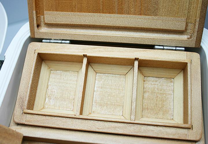 「石ゴカイ」、「チロリ虫」、「青イソメ」の3種類を想定した、「3室の小出しエサ箱」です。<br>底を1cm上げ底にして底面三角板付を大きくし、中身を取り出しやすく加工しております。