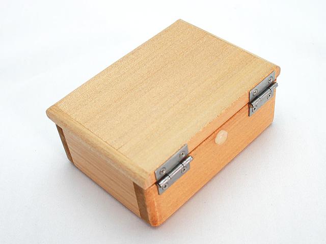 篭定木製1室エサ箱(石粉用皿付)です。