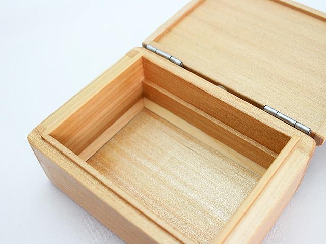 底面には三角板を付け、中身を取り出しやすく加工しております。