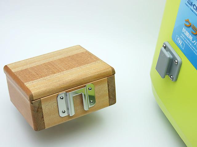 篭定木製1室エサ箱に取り付けた「篭定エサ箱用ステンレス金具」と、クーラーに取り付けた「シマノ純正ホルダー(クーラー用)」です。