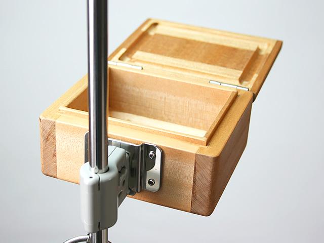 篭定木製1室エサ箱に取り付けた「篭定エサ箱用ステンレス金具」と、「遠州灘スペシャルII」に取り付けた「シマノ純正ホルダー(竿立用)」の接合です。