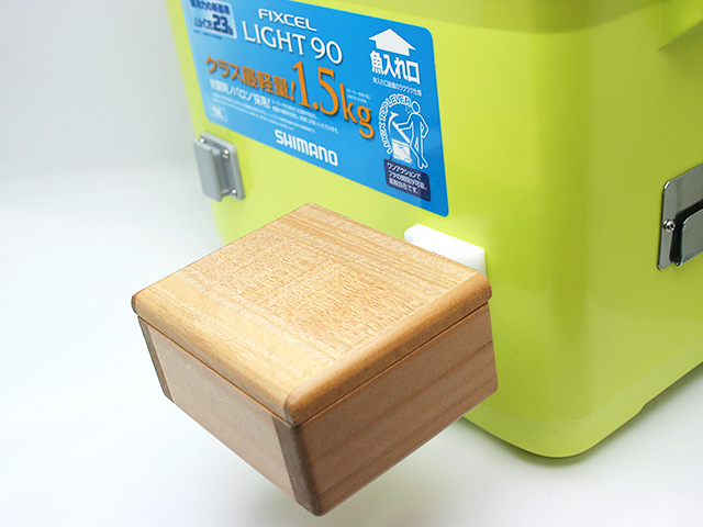 クーラーに取り付けた「篭定エサ箱ホルダー(クーラー取付用)」に篭定木製1室エサ箱を取り付けました。