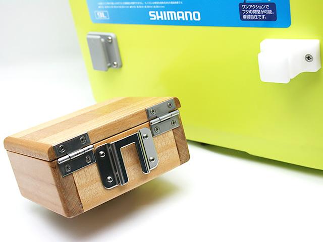 篭定木製1室エサ箱の背面に取り付けた「篭定エサ箱取付シマノ純正部品対応ステンレスステー」と、クーラーに取り付けた「篭定エサ箱ホルダー(クーラー取付用)」です。