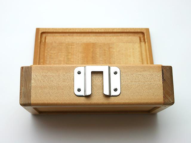 篭定木製2室エサ箱に「篭定エサ箱用ステンレス金具」を取り付けました。