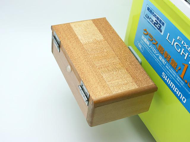 クーラーに取り付けた「シマノ純正ホルダー(クーラー用)」に篭定木製2室エサ箱を取り付けました。