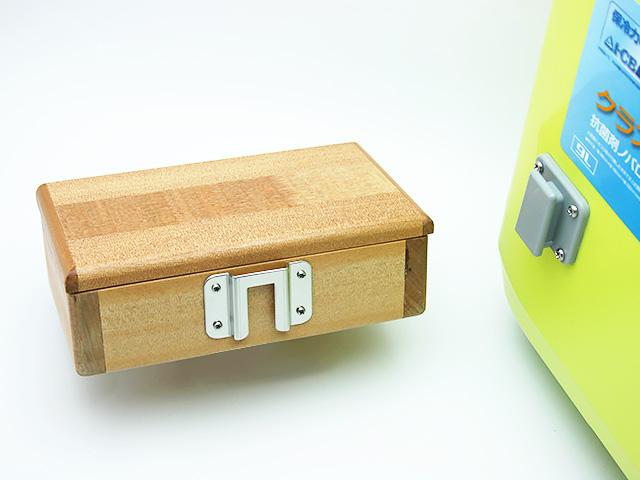 篭定木製2室エサ箱に取り付けた「篭定エサ箱用ステンレス金具」と、クーラーに取り付けた「シマノ純正ホルダー(クーラー用)」です。