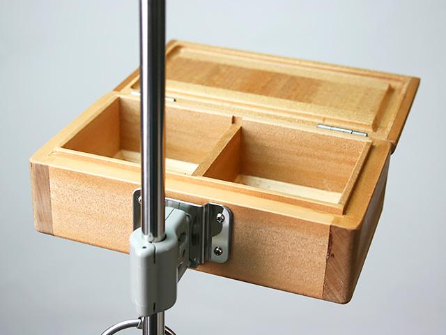篭定木製2室エサ箱に取り付けた「篭定エサ箱用ステンレス金具」と、「遠州灘スペシャルII」に取り付けた「シマノ純正ホルダー(竿立用)」の接合です。