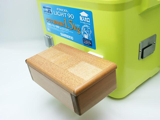 クーラーに取り付けた「篭定エサ箱ホルダー(クーラー取付用)」に篭定木製2室エサ箱を取り付けました。