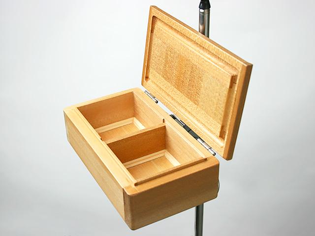 篭定木製2室エサ箱の背面に取り付けた「篭定エサ箱取付シマノ純正部品対応ステンレスステー」と、「遠州灘スペシャルII」に取り付けた「シマノ純正ホルダー(竿立用)」の接合です。