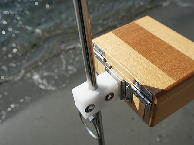 遠州灘スペシャルIIに篭定エサ箱ホルダー(直径10mmのサンドポール取付用)を取り付け、篭定木製1室エサ箱を装着しました。