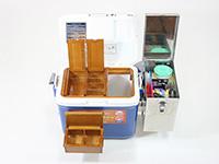 匠の木製2室エサ箱をクーラー内部より取り出し、クーラー側面に取り付けました。